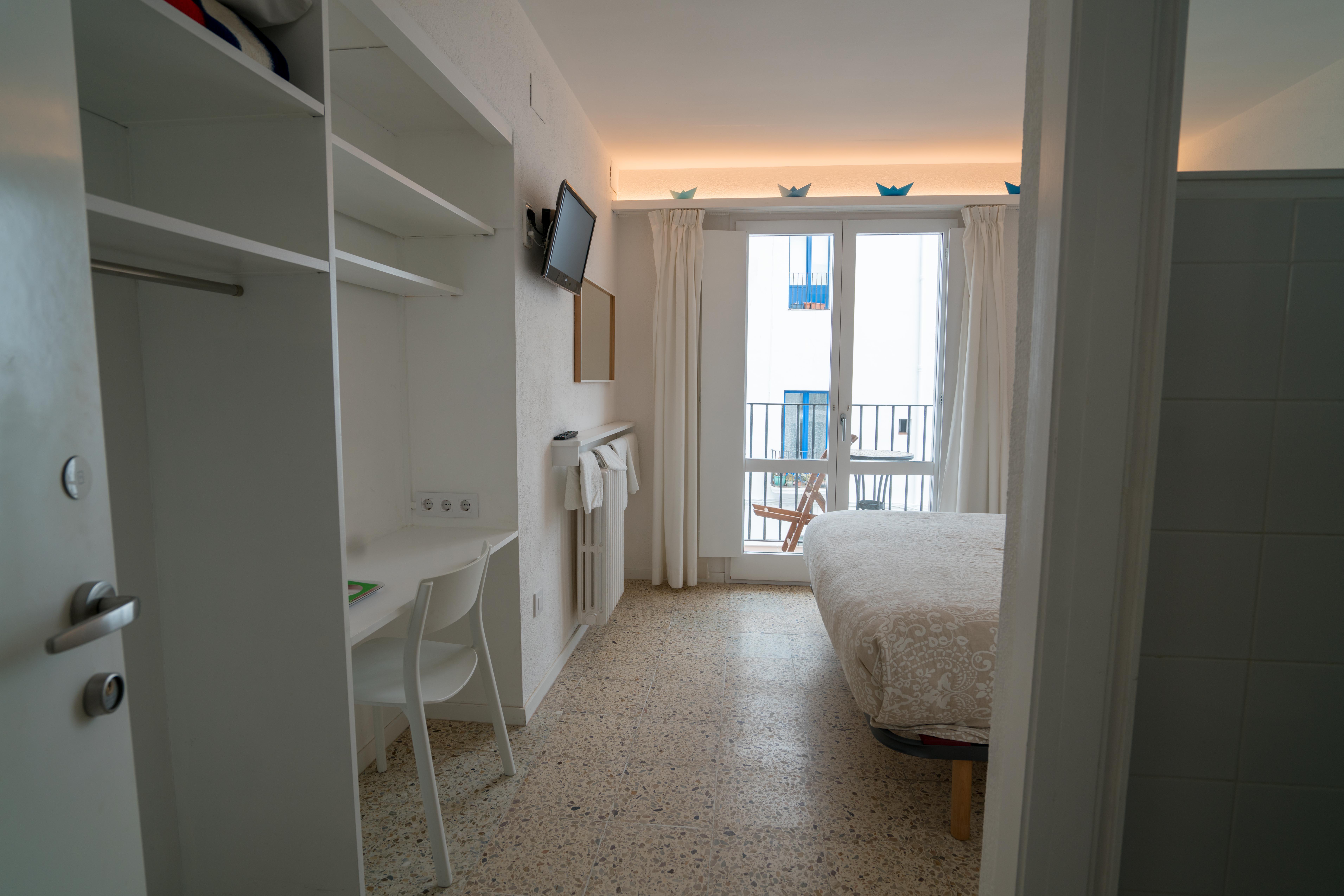 Habitación Doble con balcón y vista lateral al mar ...